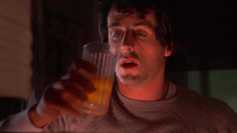 Rocky mentre beve uova crude